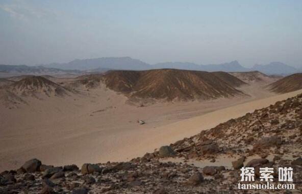 世界上最黑的沙漠:埃及黑色沙漠,黑的像煤一样的沙漠(图1)