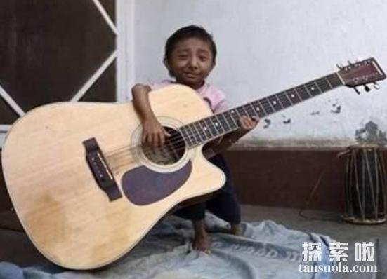 世界上最小的人:马加尔,(高50厘米/重4.5公斤)