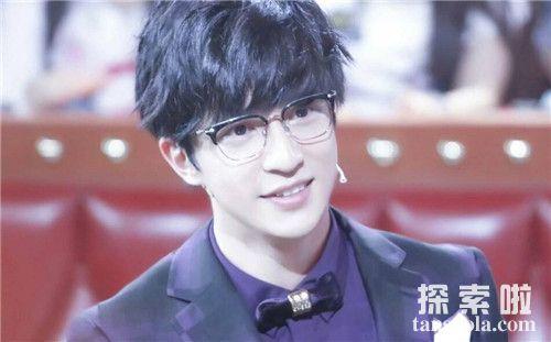 【薛之谦为什么戴眼镜框】改变形象只为让更多的人开心快乐