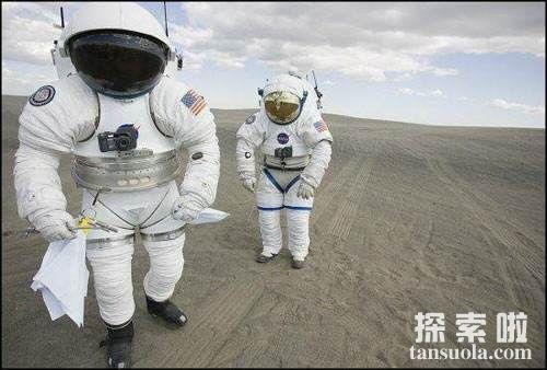 """你知道什么是宇宙中最后的生命保障?  ― """"宇航服""""!"""